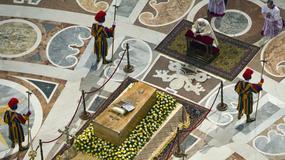 Modlitwy przy trumnie Jana Pawła II