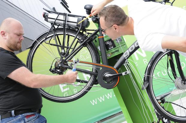 Przy nowoczesnych biurowcach coraz częściej powstają specjalne stacje obsługi rowerów - świetny pomysł!