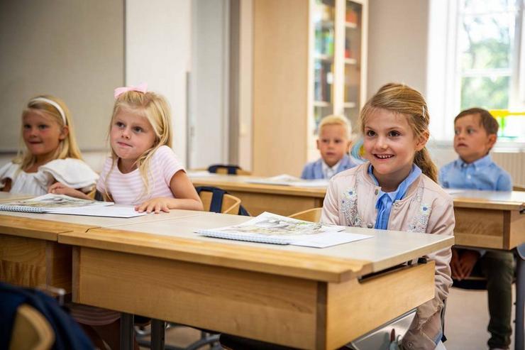 A kis Esztella (jobbra) még nagyon élvezte az első napját az iskolában /Fotó: Northfoto