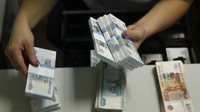 Rosja: obywatele wycofują z banków oszczędności rublowe