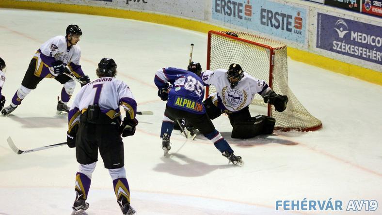 A Fehérvár (lila) nyerte a félbeszakított meccset /Fotó: fehervarav19.hu