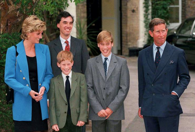 Károlynak nagyon jó a kapcsolata fiaival.