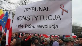 """""""Zabierz Dudę, oddaj Księżyc"""". Transparenty na manifestacji KOD w Warszawie"""