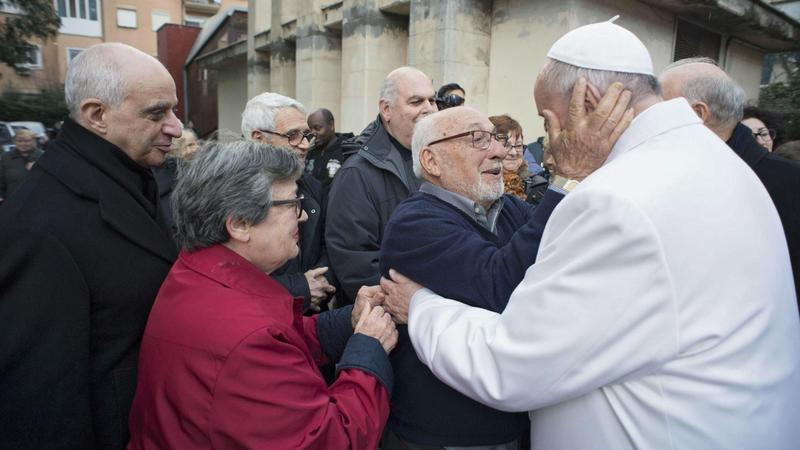Ferenc pápa meglátogatja az idősek otthonában élő embereket / Fotó: MTI