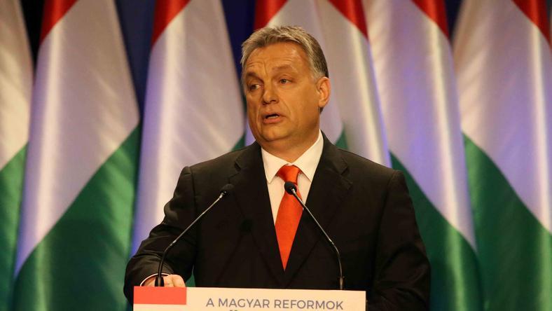 Vasárnap már nem is volt meglepő, hogy újra előkerült a narancsszínű nyakkendő /Fotó: Isza Ferenc
