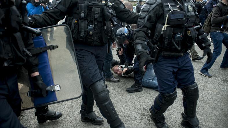 A Csalagútnál többször is összecsaptak a migránsok és a rendőrök /Fotó: AFP
