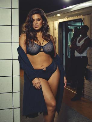 Ashley Graham pozuje w metrze