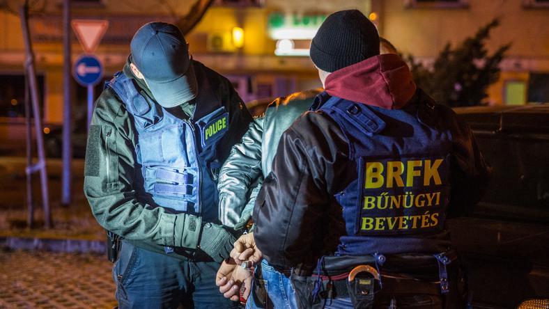 Autója mellett bilincselték meg a parkolóban békésen várakozó gyilkost / Fotó: police.hu