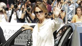 Sigourney Weaver w wymiętych spodniach, koszuli i trampkach na festiwalu w San Sebastian