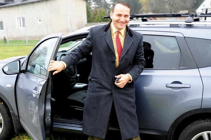 Radosław Sikorski w Nissanie Qashqai