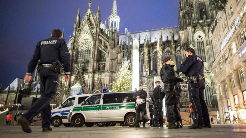 Rendőrök a kölni főpályaudvarnál / Fotó: MTI