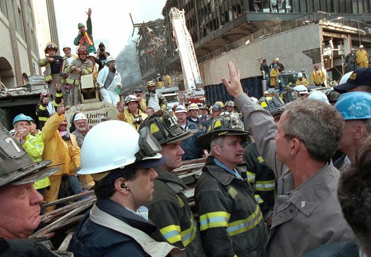 Az egykori elnök meglátogatja a helyszínen dolgozó tűzoltókat / Fotó: Profimedia-Reddot