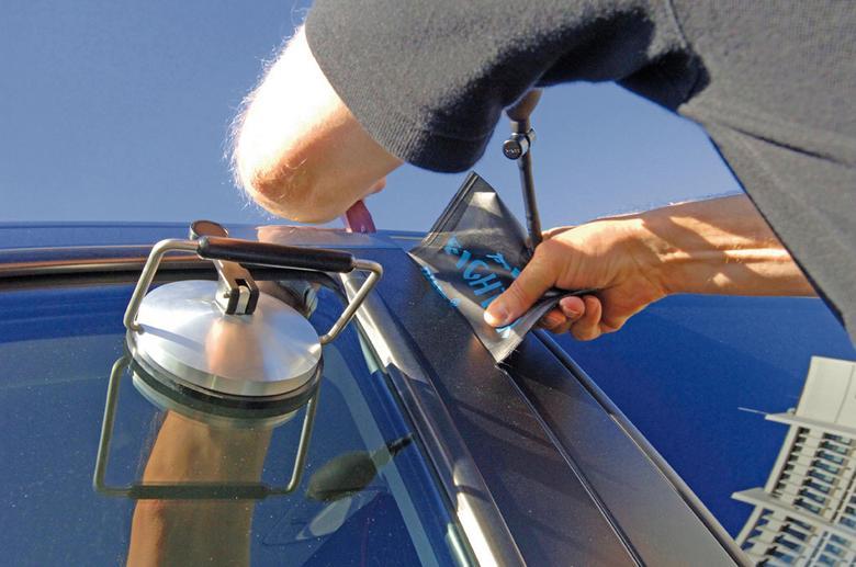 Jak otworzyć auto bez kluczyka? Poznaj słabe punkty samochodowych zamków!