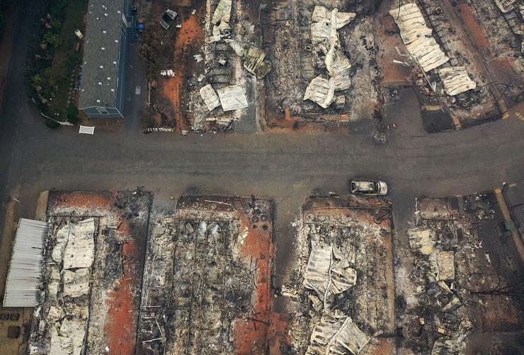 Több mint százan haltak meg az év egyik legsúlyosabb természeti katasztrófájában, miután több helyen is brutális tűzvész ütötte fel a fejét Kaliforniában. A hetekig tomboló lángokkal csak nagyon nehezen tudtak megbirkózni a tűzoltók, sok városból csupán por és hamu maradt utána. A képen látható Paradise városa teljesen megsemmisült, a túlélők úgy döntöttek, nem is építik újjá /Fotó: Getty Images