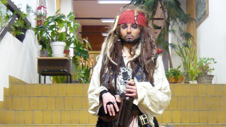 Vajon ki oly bátor, hogy ne Madarász Violára, alias Jack Sparrow-ra szavazzon a blikk.hu-n?