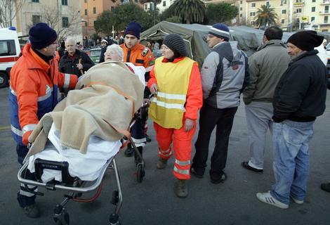 Spasioci prebacuju povređene u bolnicu na ostrvu Đilio