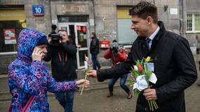 Ryszard Petru rozdaje kwiaty warszawiankom