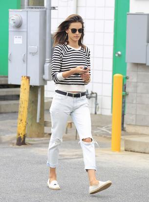 Białe jeansy to wiosenny hit. Tak noszą je gwiazdy