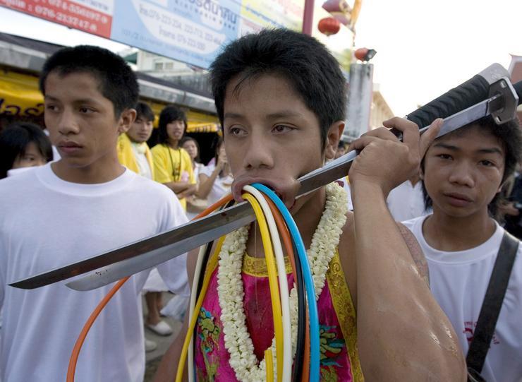Фестиваль самоистязания в Тайланде (12 фото) .