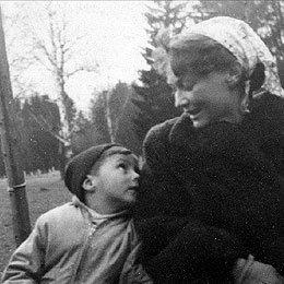 Z mamą, Krystyną Karkowską, koniecc lat 50. /fot. z archiwum rodzinnego K. Krauzego