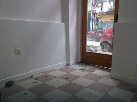 Kamenice i komadi stakla u prostorijama stranke