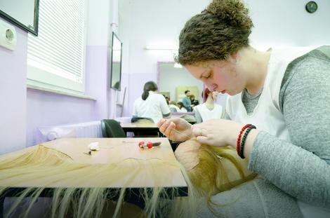 Učenica Ivana Jovanović našiva venac kose na monturu