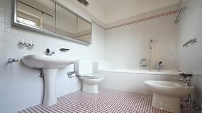 Biało-czerwona łazienka