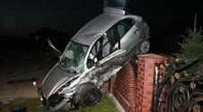 Groźny wypadek pod Olkuszem. Seat wylądował na ogrodzeniu