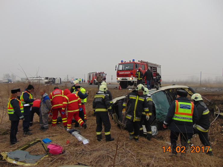 Tűzoltók vágták ki a sérültet a személygépkocsiból / Fotó: BM OKF - Kunszentmártoni HTP