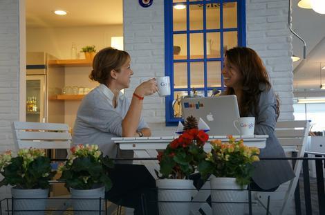 """Kafe-kuhinja u kancelariji """"Gugla"""" u Turskoj (Milena Đuričić desno)"""
