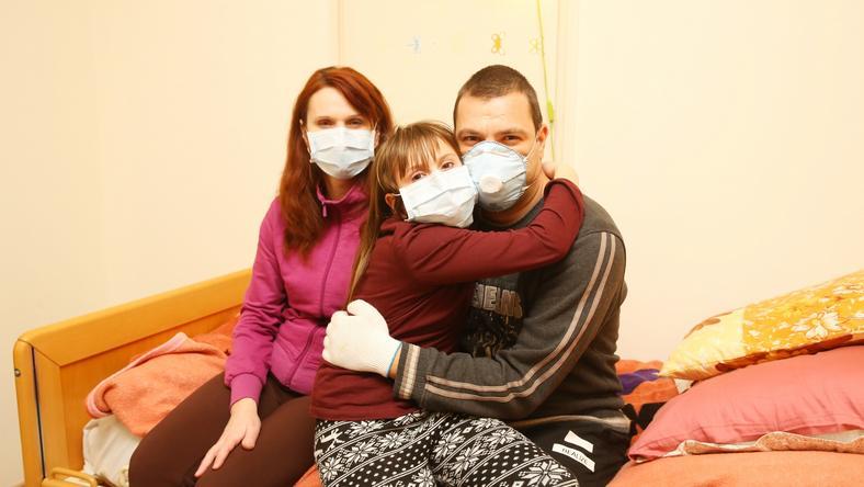 A férfi több hét után ölelhette most magához kislányát, Andreát és feleségét,  Editet, de a fertőzésveszély miatt még maszkot kell viselniük / Fotó: Pozsonyi Zita