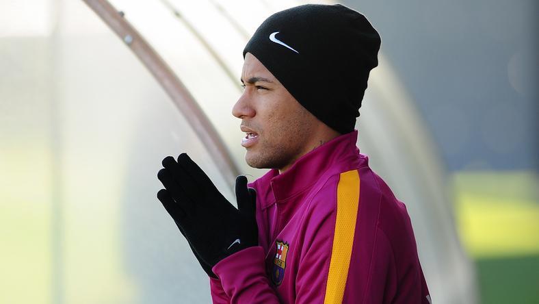 Neymar dörzsölheti a tenyerét, a világ egyik legjobban kereső focistája lesz /Fotó: AFP