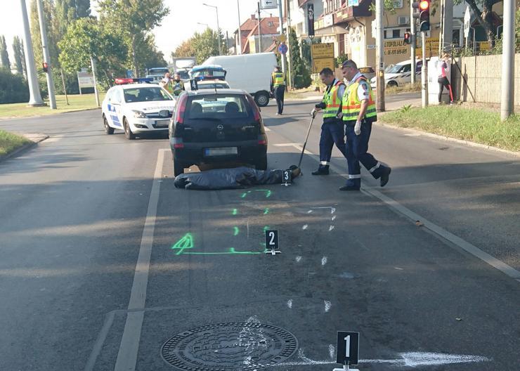 Helyszínelő rendőrök a holttest mellett /Fotó: Blikk