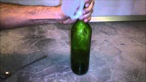 Jak wyjąć korek z butelki po winie? Zobaczcie niezawodny sposób