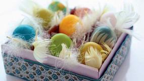 Ozdoby wielkanocne: farbowanie i zdobienie jajek barwnikami naturalnymi