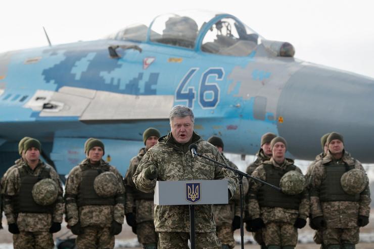 Porosenko beszédet mondott a katonák indulása előtt / Fotó: MTI Szerhij Dolzsenko