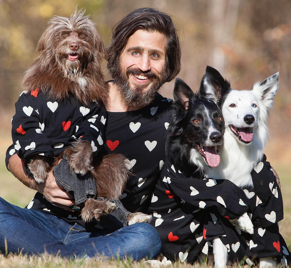 Pies i jego pan w takich samych stylizacjach