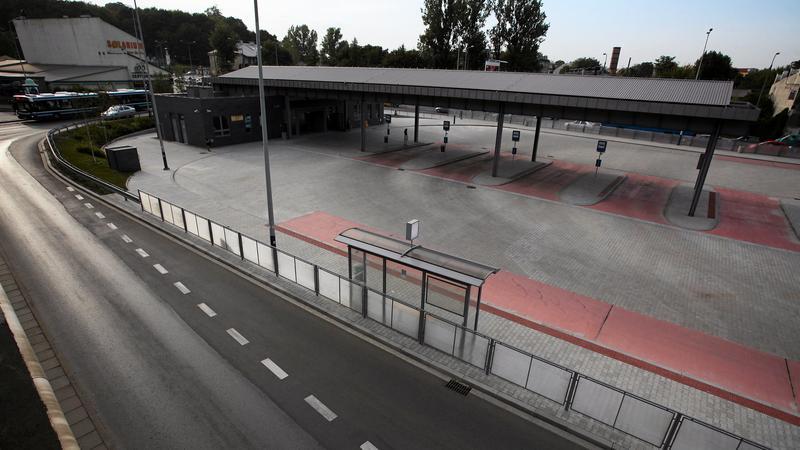 Terminal autobusowy przy Powstańców Wielkopolskich świeci pustkami. Fot. Jakub Ociepa / Agencja Gazeta