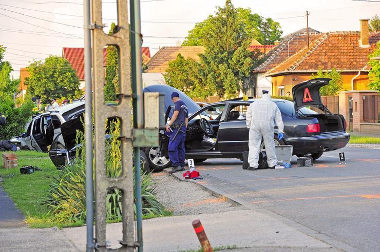 Botokkal verték szét a szélvédőt és az első hírek szerint lövések is dörrentek. / Fotó: Blikk