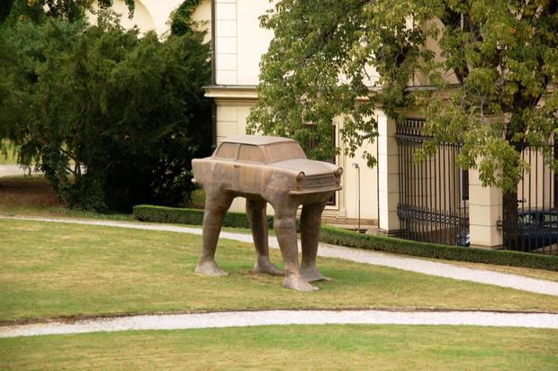 Praga, Quo Vadis - rzeźba Davida Cernego