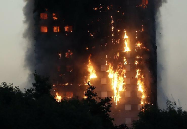 Nem tudni, hányan rekedtek az épületben/ Fotó: MTI