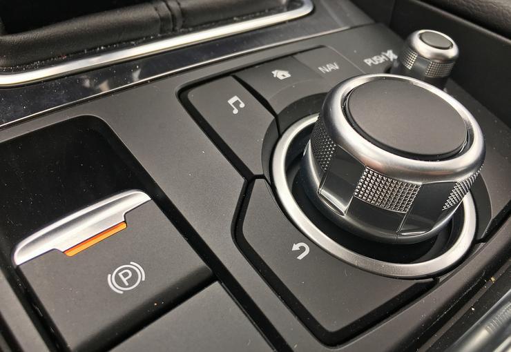 """Elektromos kézifék és a Mazda """"ájdrájv"""" / Fotó: Séra Tamás"""