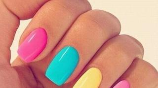 Hit na lato: kolorowe paznokcie
