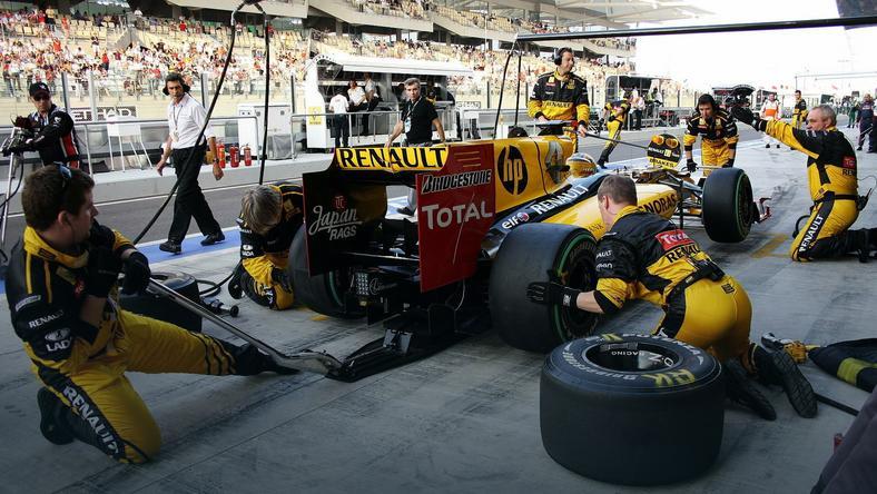 Sezon 2010 był ostatnim rokiem udziału Renault w Formule 1, jako ekipy fabrycznej. Barwy francuskiego teamu reprezentował Robert Kubica