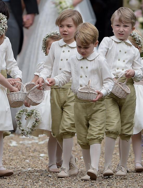 Így szórta a rózsaszírmokat a kis herceg Pippa Middleton esküvőjén.