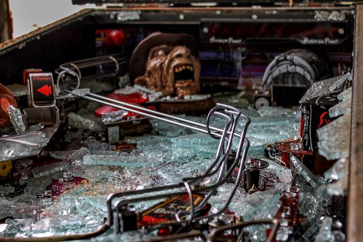 Régi, összetört flippergép / Fotó: Northfoto