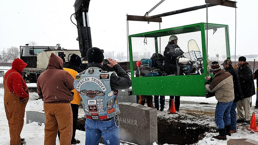 Harleyowiec pochowany w szklanej trumnie
