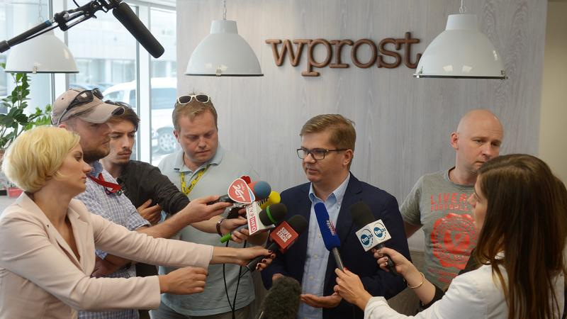 """Redaktor naczelny """"Wprost"""" Sylwester Latkowski i dziennikarz Michał Majewski, w redakcji tygodnika"""
