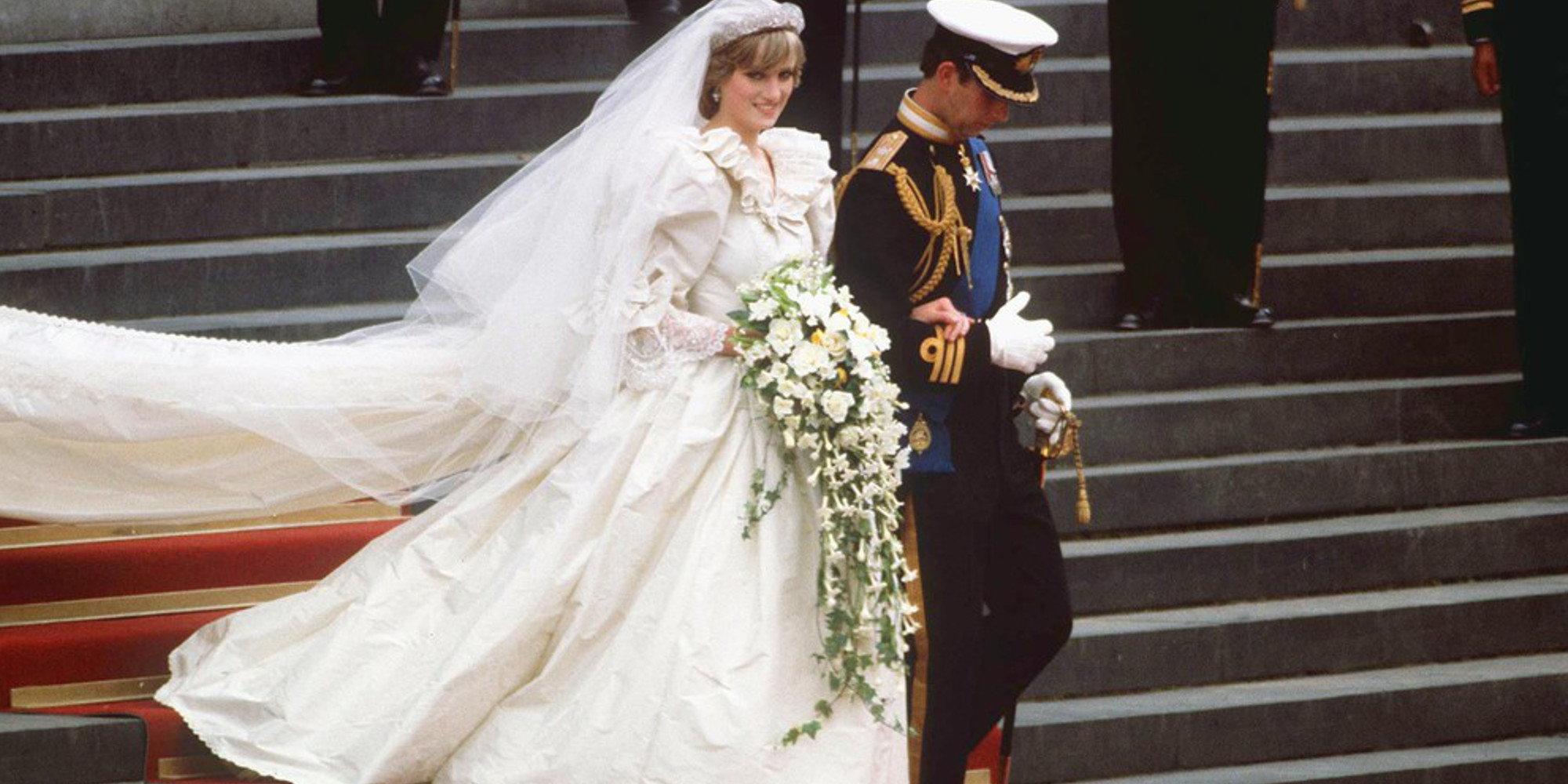Фото необычных венчальных платьев под старину 3