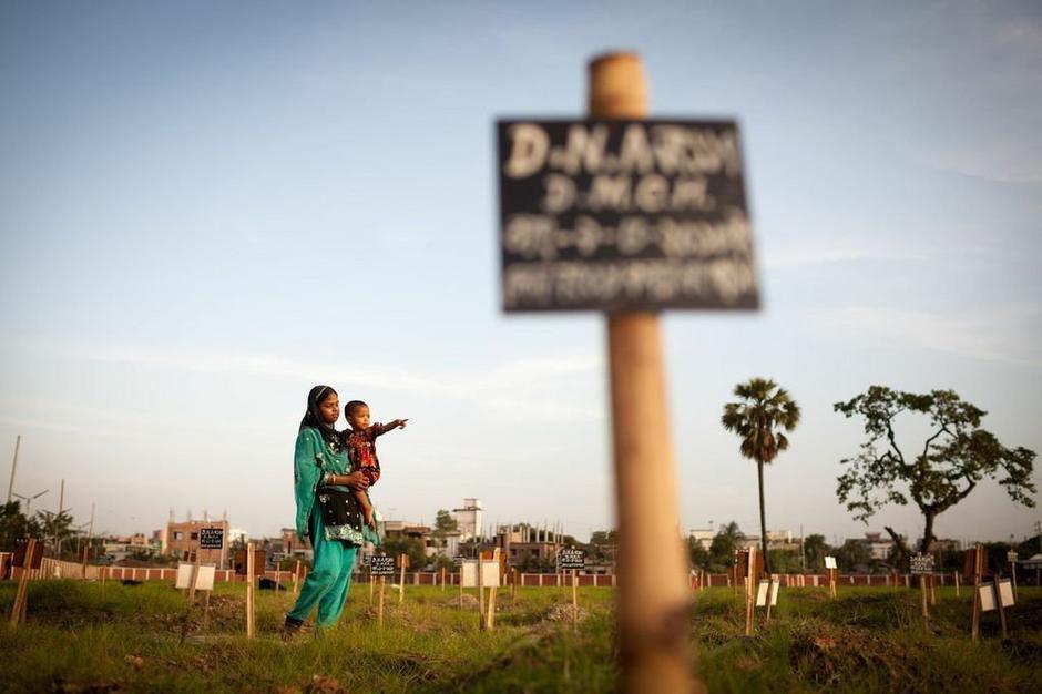 Miejsce pochówku ofiar Rana Plaza - zdjęcie: Gordon Welters / Medico International